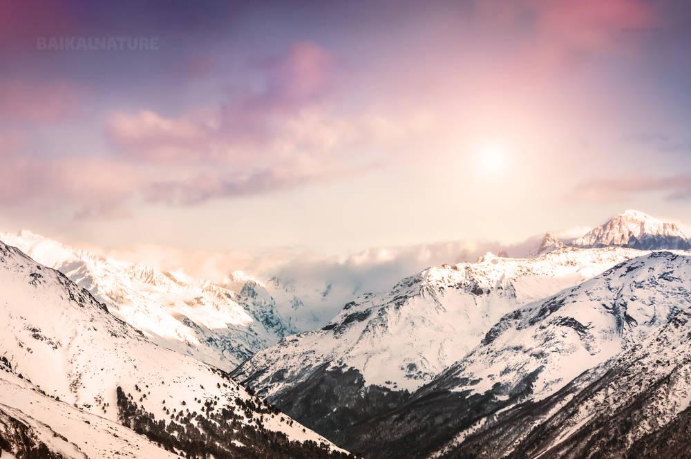 Зимние горы на закате. Красивый зимний пейзаж.
