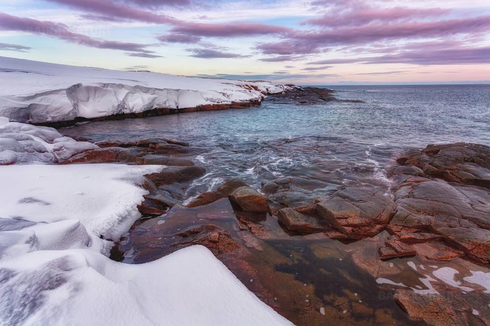 Арктический пейзаж, побережье Баренцева моря на восходе солнца.