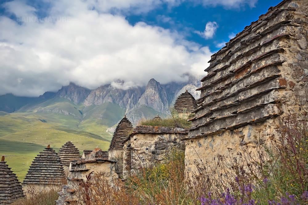 склепымертвый город Даргавс в Северной Осетии.