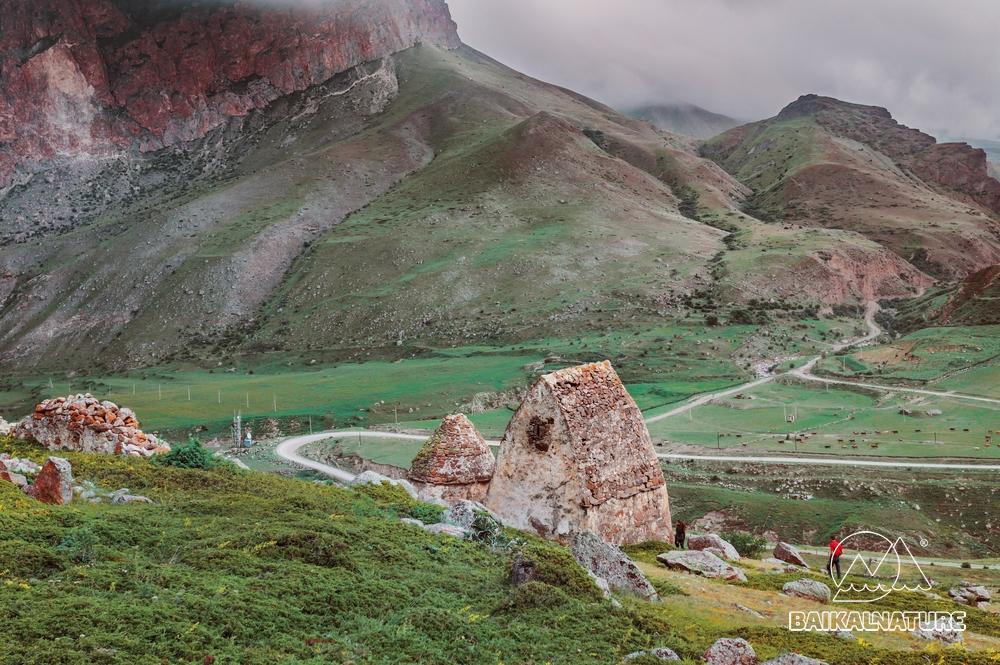 Средневековое кладбище древних аланов возле села Верхний Чегем. Северный Кавказ.
