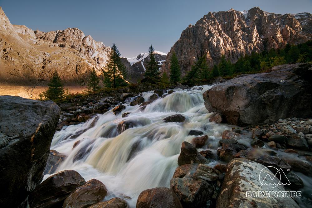 Быстрые горные реки среди осенних холмов. Актру Ледник. Алтай.